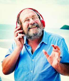 Concetto d'ascolto di felicità di musica delle cuffie dell'uomo