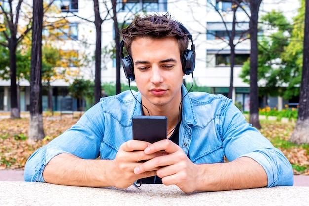 Concetto d'ascolto di seduta delle cuffie di musica dell'uomo