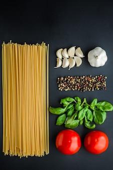 Concetto degli ingredienti della pasta su fondo nero