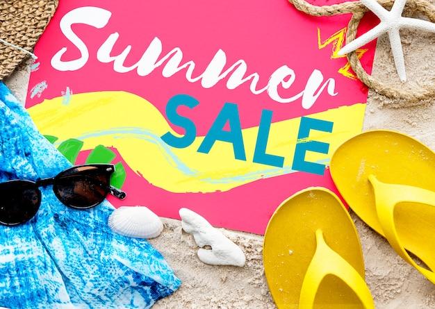 Concetto degli occhiali da sole di parole dei sandali della spiaggia di estate