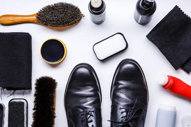 Concetto degli stivali di pulizia su fondo bianco