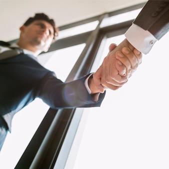 Concetto dei colleghi di handshake corporate businessman dell'uomo d'affari