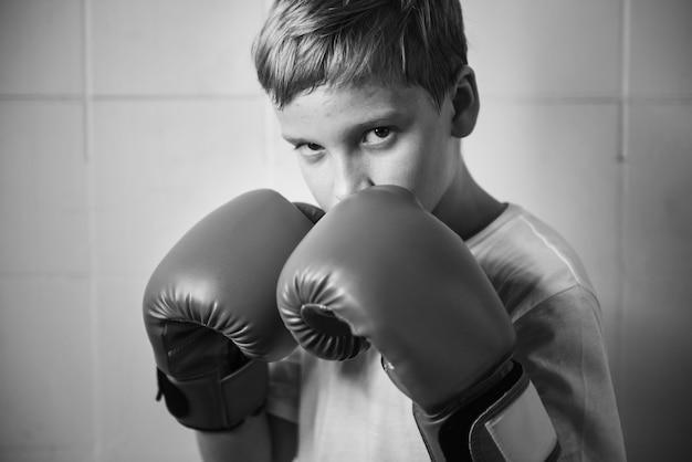 Concetto dei giovani di salute degli sport di salute dei guanti di forma fisica del pugno