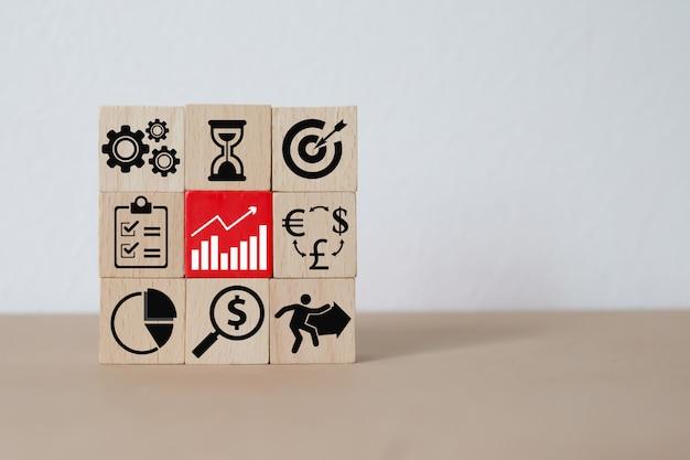 Concetto del blocco di legno di direzione, di lavoro di squadra e di affari.