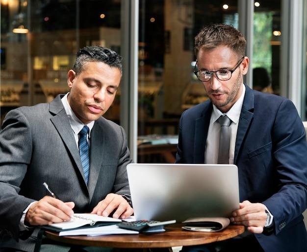 Concetto del business plan di brainstorming di assistenza di analisi