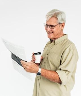 Concetto del caffè del giornale della lettura del vecchio maschio