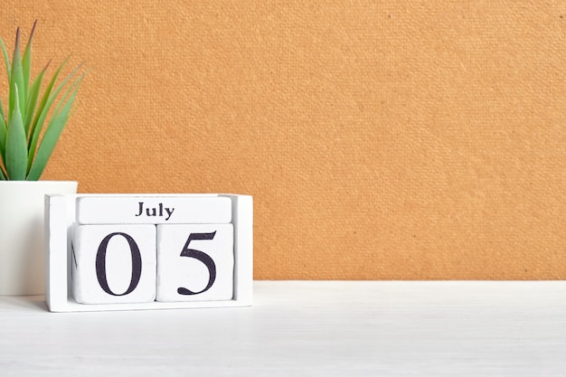 Concetto del calendario del 5 luglio giorno del mese sui blocchi di legno con lo spazio della copia.