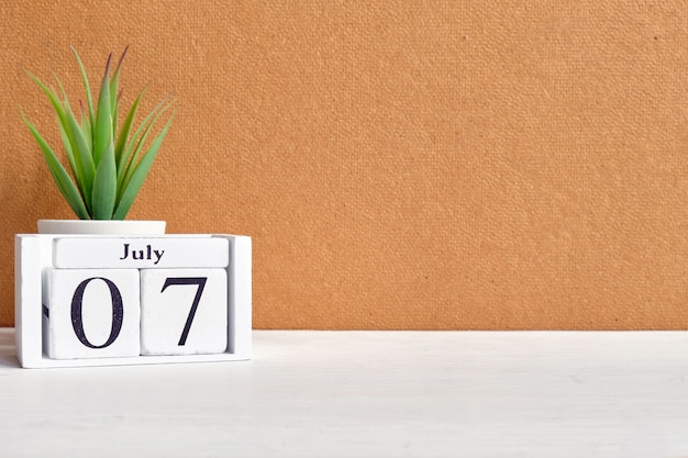 Concetto del calendario del 7 luglio settimo giorno del mese sui blocchi di legno con lo spazio della copia.
