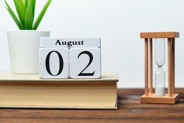 Concetto del calendario del secondo giorno del mese sui blocchi di legno