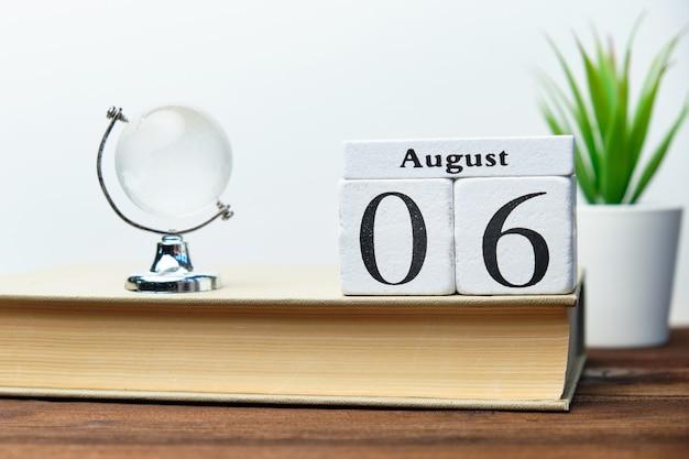 Concetto del calendario del sesto giorno del mese su blocchi di legno