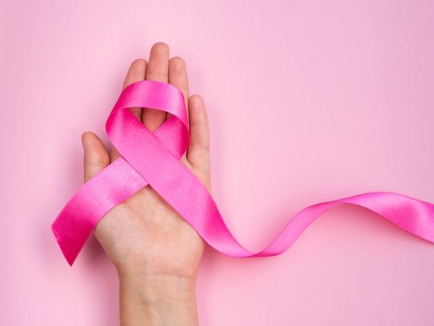 Concetto del cancro al seno del primo piano con il nastro
