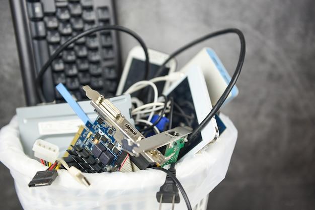 Concetto del cestino dei rifiuti dell'elettronica / rifiuti elettrici dell'immondizia pronti per il riciclaggio vecchi dispositivi gestione dello smaltimento dei rifiuti elettronici riutilizzo e recupero