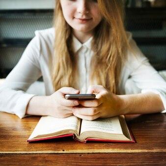 Concetto del collegamento digitale di tecnologia di internet del libro