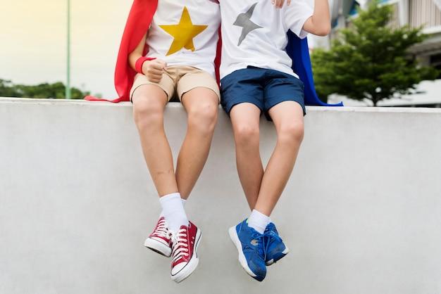 Concetto del compagno dell'amico del ragazzo dei bambini dei supereroi