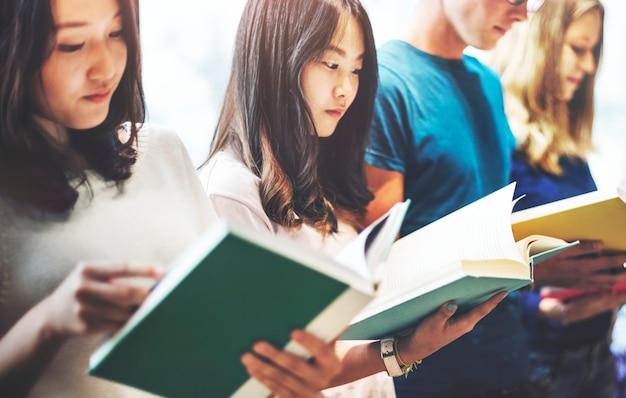 Concetto del compagno di classe di informazioni di conoscenza del libro di lettura