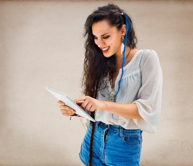 Concetto del computer portatile della rete del collegamento di comunicazione della donna