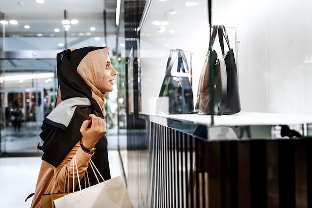 Concetto del consumatore di acquisto della giovane donna