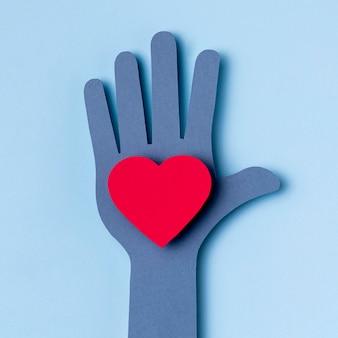 Concetto del cuore della tenuta della mano di vista superiore