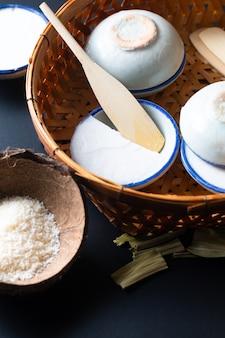 Concetto del dessert dell'alimento dessert tailandese kanom tuay cocco riso e crema pasticcera pandan in piccola tazza della porcellana