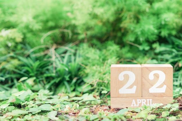 Concetto del fondo di giorno di madre terra del mondo. calendario in legno con data