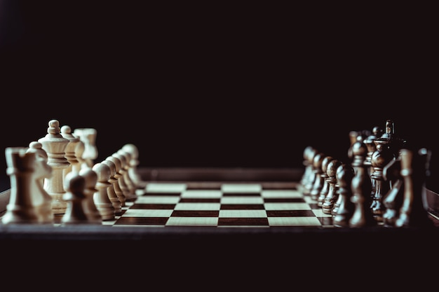 Concetto del gioco della scacchiera delle idee di affari e delle idee di strategia e della concorrenza.