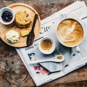 Concetto del giornale del cappuccino di latte del caffè della caffetteria