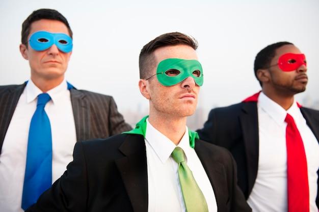Concetto del gruppo di paesaggio urbano degli uomini d'affari del supereroe