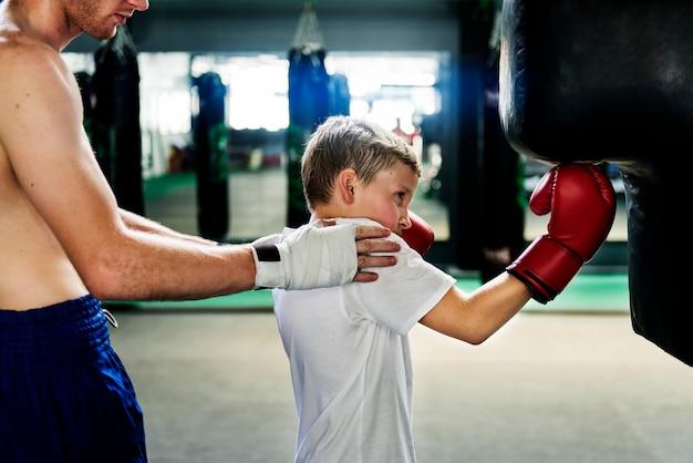 Concetto del movimento di esercizio di pugilato di addestramento del ragazzo