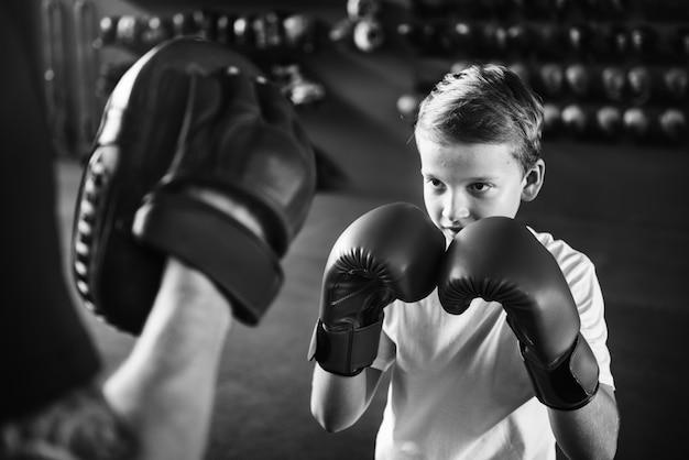 Concetto del movimento di esercizio di pugilato di allenamento del ragazzo