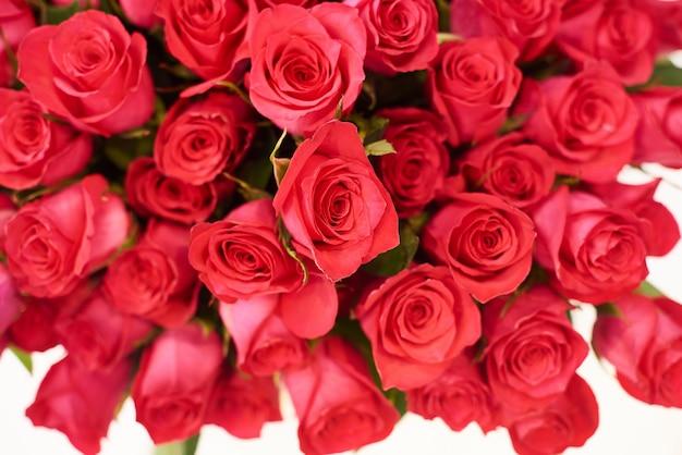 Concetto del negozio di fiore con il bello mazzo adorabile delle rose rosse