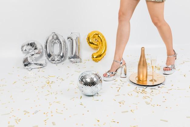 Concetto del partito del nuovo anno con la vista tagliata della ragazza