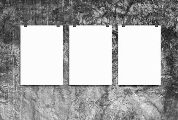 Concetto del posto di lavoro del sottotetto della parete del mockup di tre manifesti