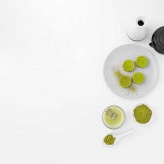 Concetto del tè di matcha con lo spazio della copia