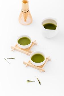 Concetto del tè di matcha del primo piano sulla tavola