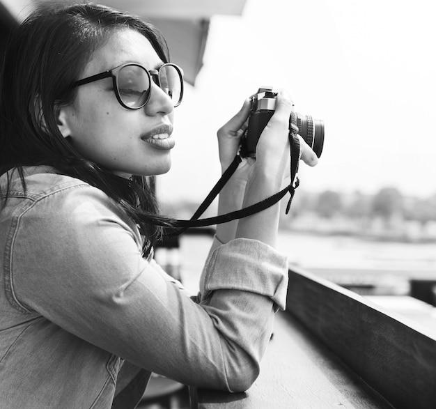 Concetto del viaggiatore degli articoli di via dei pantaloni a vita bassa del fotografo della donna