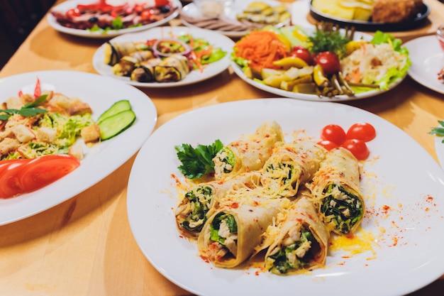 Concetto delizioso del pasto di celebrazione della tabella dell'alimento. molto cibo. servito per matrimonio, anniversario, altre vacanze. piatti per banchetti nel ristorante.