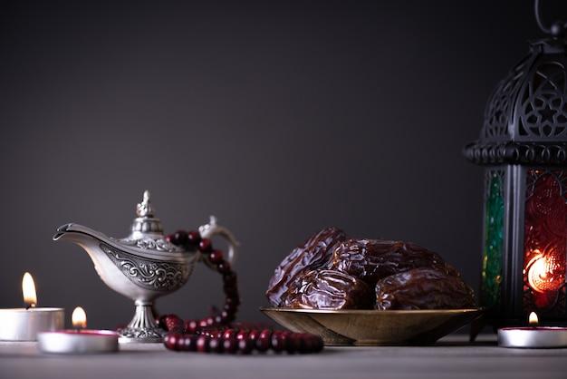 Concetto dell'alimento e delle bevande di ramadan su una tavola di legno su copyspace scuro