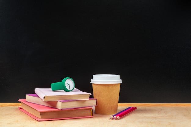 Concetto dell'insegna di nuovo alla sveglia della scuola
