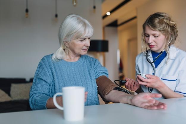 Concetto della casa di cura con lo stetoscopio