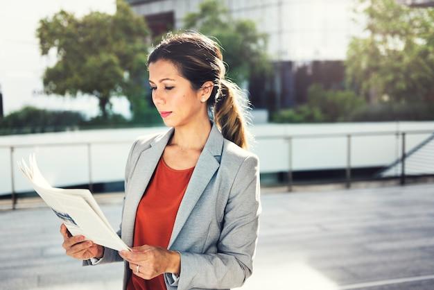 Concetto della città di lavoro di occupazione di direzione della donna di affari