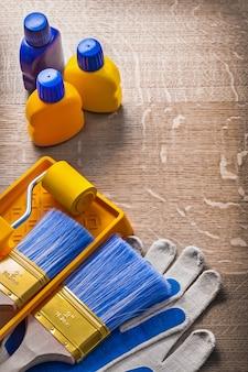 Concetto della costruzione delle bottiglie del vassoio del rullo del pennello dei guanti di sicurezza