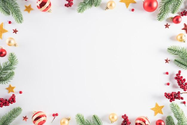 Concetto della decorazione del fondo di natale su bianco
