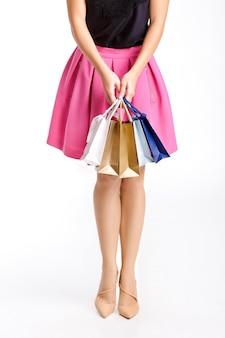 Concetto della gente, vendita, venerdì nero - donna con i sacchetti della spesa