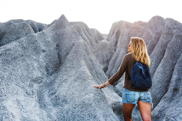 Concetto della natura di viaggio della giovane donna