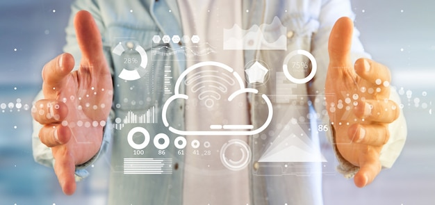 Concetto della nuvola e di wifi della tenuta dell'uomo d'affari con l'icona, le statistiche e la rappresentazione di dati 3d