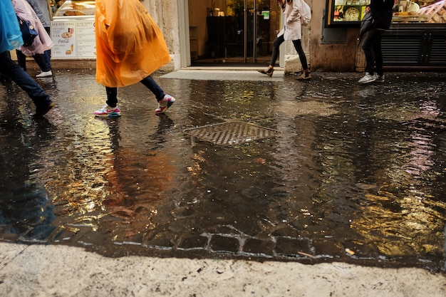 Concetto della pioggia. ombrello vicino su sulla strada piovosa