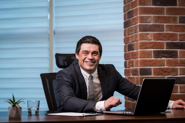 Concetto della rete di working laptop connecting dell'uomo d'affari, uomo d'affari che lavora con i documenti sulla scrivania concetto di affari fine in su