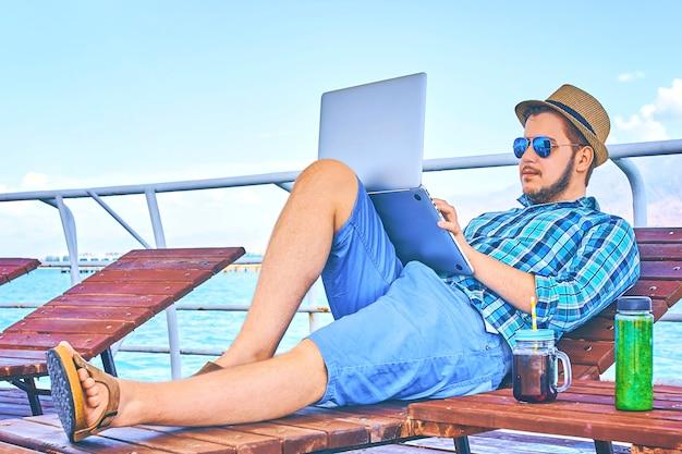 Concetto della spiaggia di viaggio di working holiday business business dell'uomo d'affari.