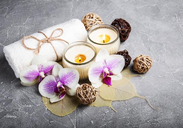 Concetto della stazione termale con i fiori dell'orchidea