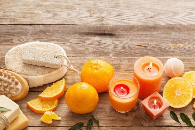 Concetto della stazione termale con i frutti arancio su vecchio fondo di legno
